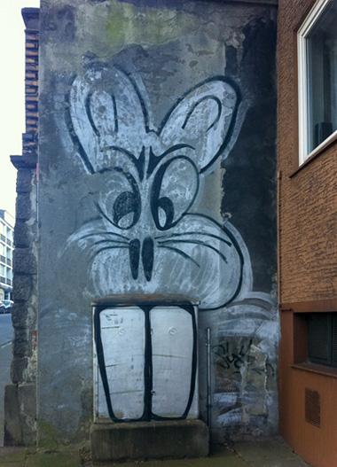 Hase an einer Hauswand