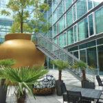 Begehbarer Blumentopf im Innenhof des Kameha Grand Hotel in Bonn