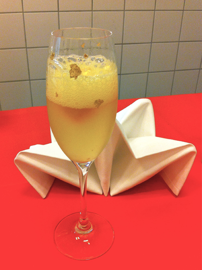 Ein Cocktail mit Goldwasser