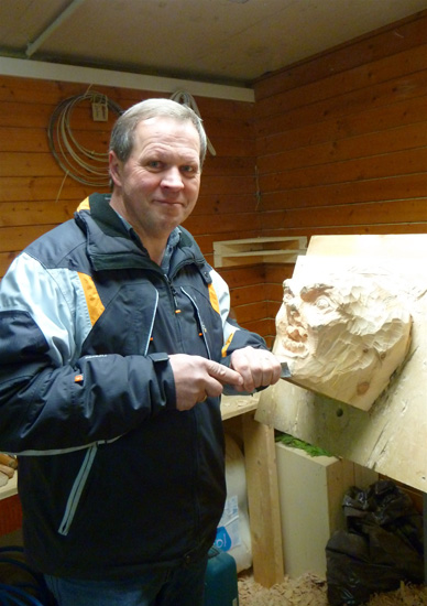 Der Holzschnitzer bei der Arbeit