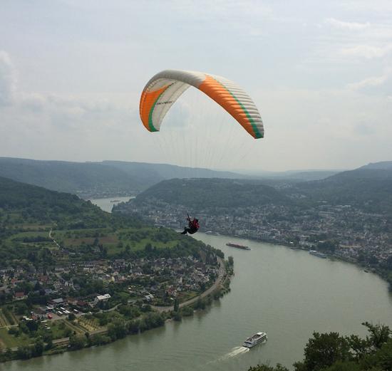Gleitschirmflieger hoch über Boppard
