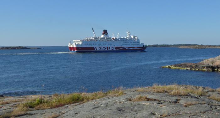 Fährschiff zieht an Kobba Klintar vorbei