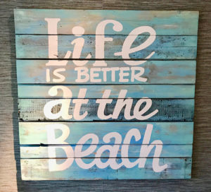 Schild: Life is better at the beach