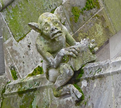 Figur auf dem Dach der Kathedrale