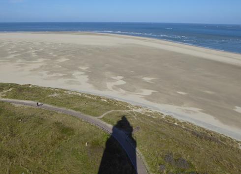 Blick auf Texel mit Leuchtturm-Schatten