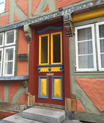Bunte Holztür in Lauenburg