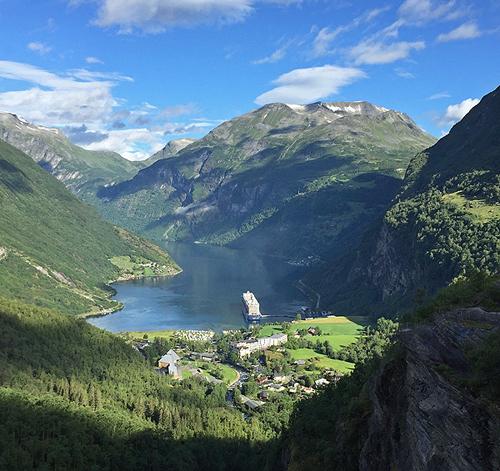 Blick auf den Geirangerfjord vom Aussichtspunkt Flydalschlucht