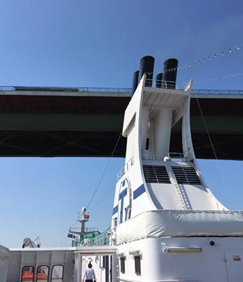 Unter einer Brücke des Nord-Ostsee-Kanals