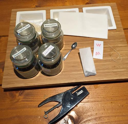 Arbeitstisch zum Teebeutel-Falten