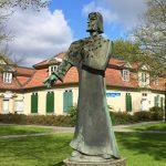 Lessinghaus mit Skulptur davor