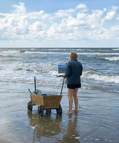 Malerin am Meer am Strand von Wijk aan Zee