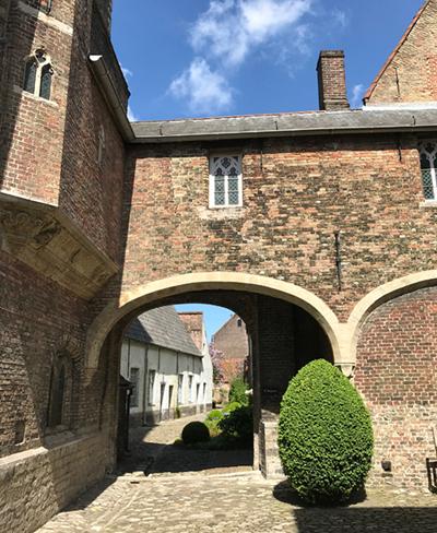 Der Innenhof der Adornes-Domäne
