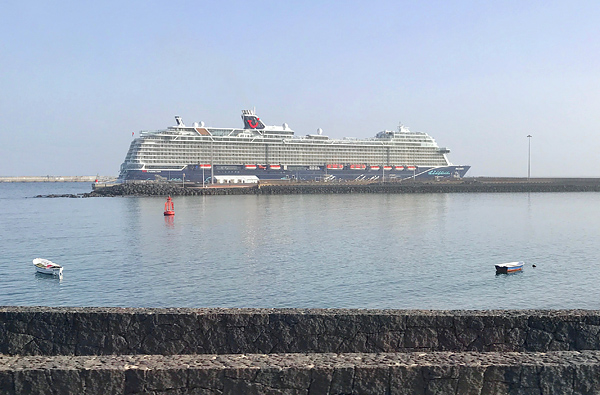 Mein Schiff 2 im Hafen von Lanzarote
