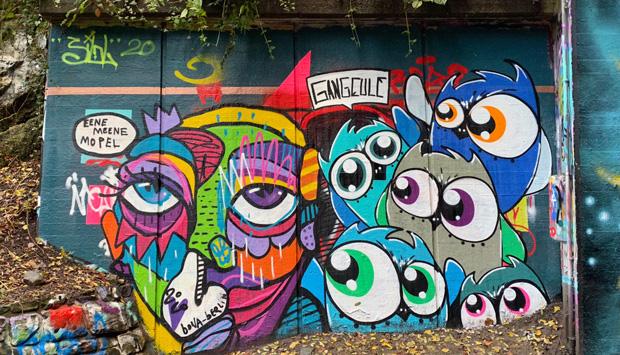 Streetart mit Gesicht und Eulen