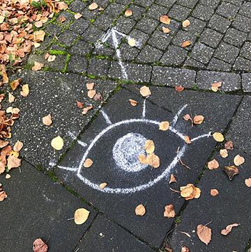 Auge auf den Boden gemalt