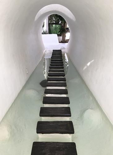 Tunnel mit Trittflächen im Wasser
