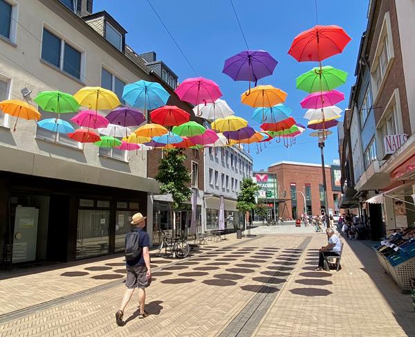 Bunte Schirme in der Fußgängerzone von Dorsten
