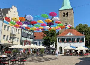 Marktplatz von Dorsten mit bunten Schirmen