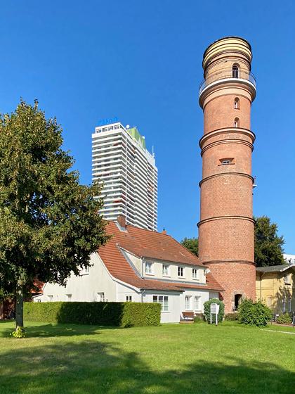 Alter Leuchtturm und Hochhaus Hotel Maritim