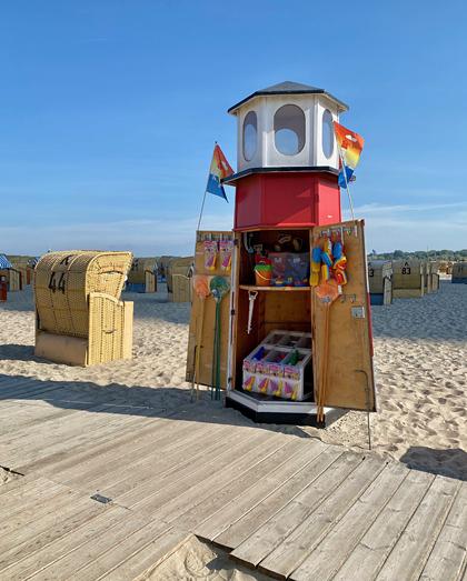 Leuchtturmladen am Strand von Travemünde